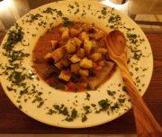 Bei der kulinarischen Woche in der Villa Rey ist auch ein Kochkurs im Programm. Toskanische Suppe Ribolitta serviert mit Holzlöffel.