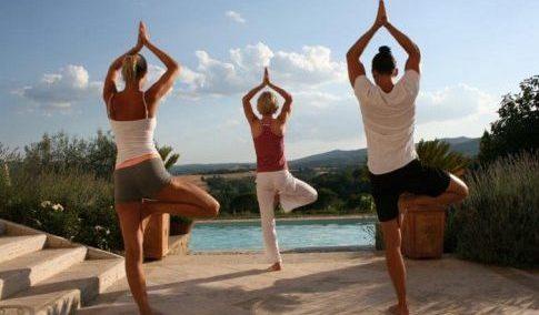 Yoga Session am Pool Villa Re bei der Bike & Yoga und Wellbeing Woche von ALPStours