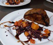 Bei der kulinarischen Woche ist auch ein Kochkurs im Programm. Hier Villa Rey Knollen Sellerie an Rotkraut und Orangen